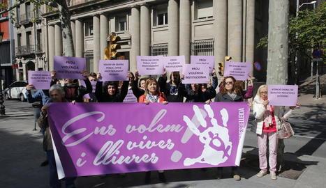 L'entitat feminista Dones de Lleida es van concentrar ahir davant de la seu de Serveis Socials.