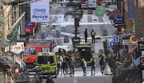 Les forces de seguretat i sanitàries desplegades ahir al centre d'Estocolm moments després del brutal atemptat.