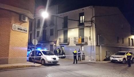 Mossos d'Esquadra ahir a la nit a l'habitatge del carrer Major de Bellvís en el qual va tenir lloc el crim