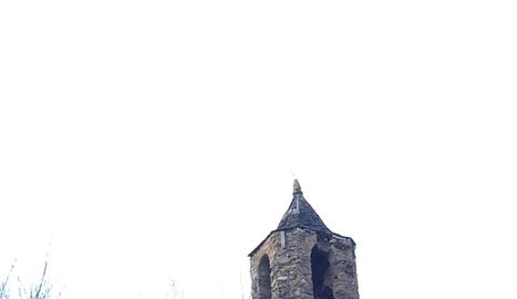Imatge del campanar reforçat i apuntalat.