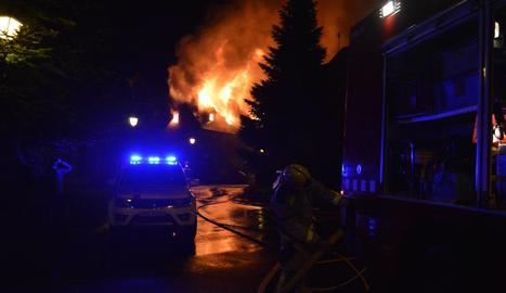 Efectius treballaven en l'incendi, ahir a la nit, a Casarilh.