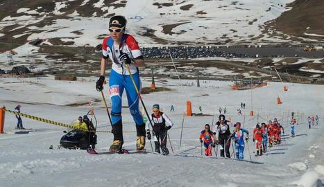 La francesa Axelle Mollaret lidera el grup capdavanter tot just prendre la sortida de la carrera des del Pla de Beret.