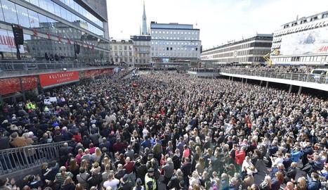 Milers de suecs es van concentrar ahir al lloc de l'atemptat.