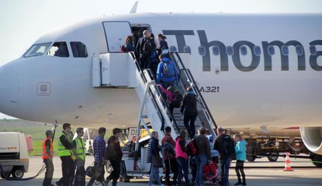Alguns dels 440 passatgers que van passar ahir per Alguaire pujant a l'avió que els va portar de tornada a les Illes Britàniques.