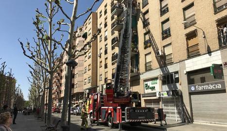 Els bombers van accedir al pis amb el camió escala.