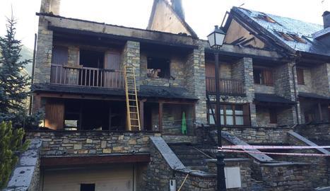 Imatge d'ahir en què es poden veure les destrosses causades en dos dels habitatges.