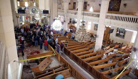 Personal de seguretat inspecciona l'interior de l'església de Tanta després de l'explosió d'una bomba.