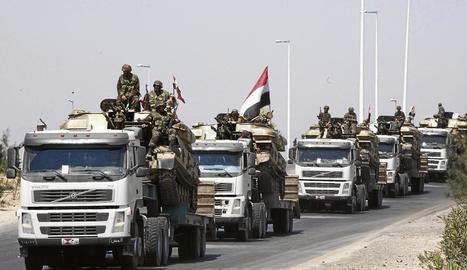 Tancs de l'exèrcit sirià en una carreterra de la província de Hama.