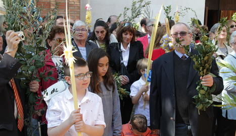El pas de La Somereta va recórrer la processó a coll de confrares que impressionaven el públic assistent amb les seues maniobres.