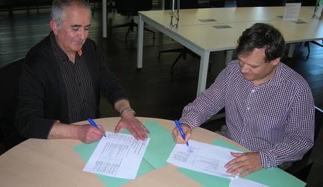 Moment de la cessió d'una part de l'arxiu personal de Marcel Ribera a l'Arxiu Comarca