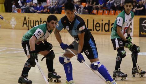 Darío Giménez, envoltat de dos rivals, en una acció del partit disputat aquest diumenge a l'Onze de Setembre.