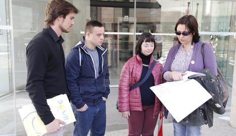 Representants de Down Lleida aquest dilluns als jutjats de Lleida amb la denúncia que han presentat a Fiscalia.