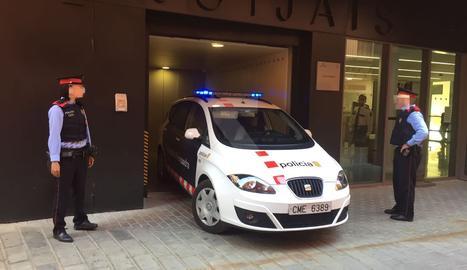 Un vehicle dels Mossos d'Esquadra ha portat el parricida de Bellvís aquest dilluns als jutjats de Balaguer