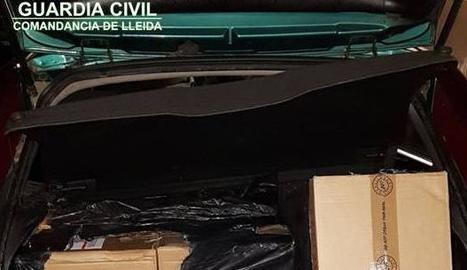 El tabac de contraban que transportaven tres individus al maleter d'un cotxe.