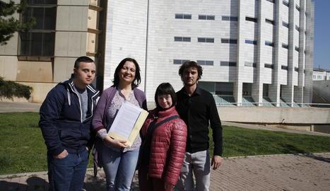 Pilar Sanjuán, ahir, mostrant la denúncia amb Guillem i Ester, dos dels joves vetats, i Jordi, un dels tècnics que els acompanyava.