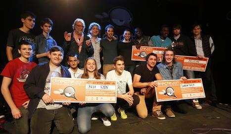 Els grups guanyadors (el duo Thinkin' Wild, a la dreta de genolls), diumenge al Cafè del Teatre.