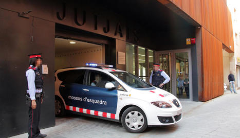 El cotxe policial que va traslladar el jove fins als jutjats de Balaguer.