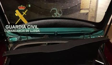 Imatge del tabac ocult al maleter del vehicle.