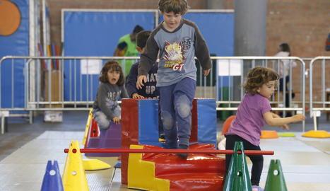 Nens i nenes juguen al parc de psicomotricitat del Cucalòcum de Primavera