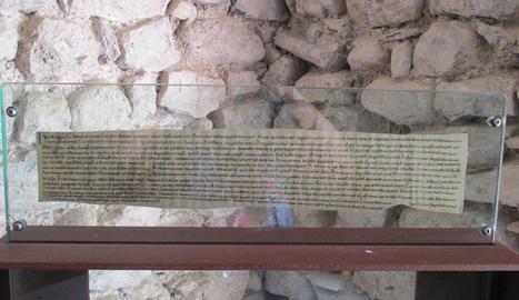 La reproducció del text històric que es mostra.