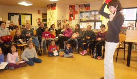 Una sessió de 'L'hora del conte' a la biblioteca de Pardinyes, que imparteixen regularment voluntaris.