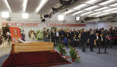 Imatge de la capella ardent amb les restes de Carme Chacón, amb destacats membres del PSOE.