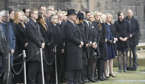 La família reial sueca va guardar un minut de silenci.