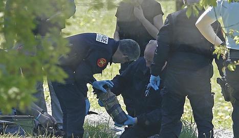 La policia francesa observa les armes trobades en un dels zulos d'ETA dissabte.