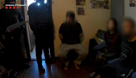 Una imatge de l'operació contra els falsos revisors del gas.