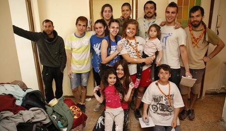 Els joves que rehabiliten un pis dels Blocs Joan Carles, amb la família que hi viu.