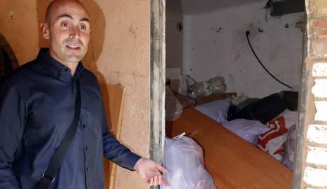 Ruiz, ahir mostrant les escombraries en un quarto dels blocs.