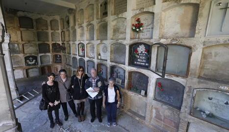Alguns titulars de nínxols de l'àrea de Santa Cecília afectats per la demolició, ahir al cementiri.