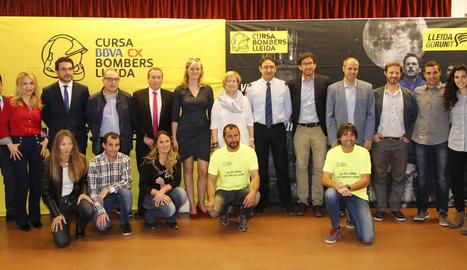 Organitzadors, autoritats i patrocinadors de la Cursa Bombers Lleida van posar abans de la presentació de la prova.