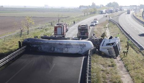 El camió ha bolcat i ha ocupat tota la calçada de l'autovia en sentit Lleida.