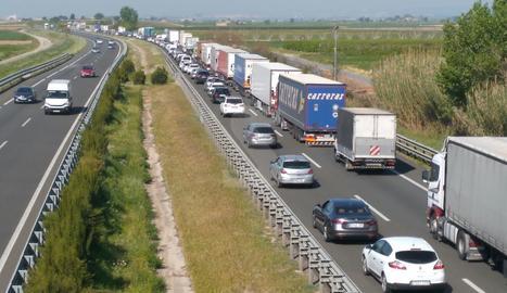 Cues a l'A-2 en sentit Lleida per l'accident d'un camió a Sidamon.