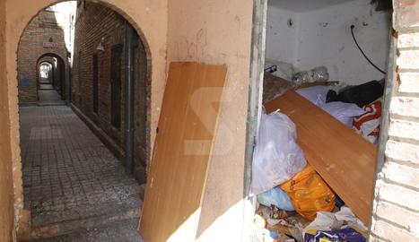 Veïns denuncien l'ús d'un quarto de Ramiro Ledesma com a contenidor