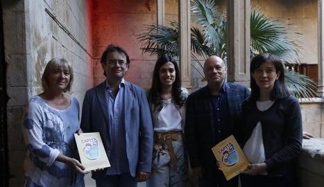 Reverté, Bernis i Guinovart, flanquejats per la directora de l'IEI, Montse Macià, i l'editora.