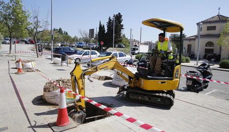 Treballs previs a la plantació mitjançant una excavadora.