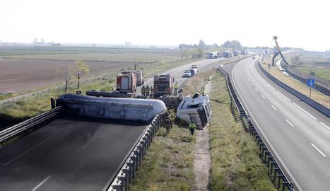 El camió va quedar completament creuat a la carretera en direcció Lleida.