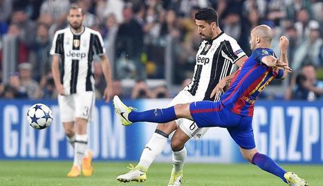 Mascherano intenta evitar la rematada de Khedira, amb Chiellini al fons, en una acció del partit.