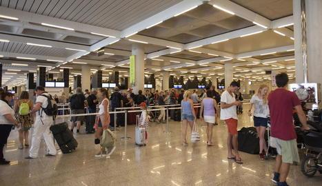 Imatge dels passatgers a la cua de facturació de l'aeroport de Palma.