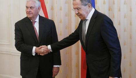 Tensa encaixada de mans davant de la premsa dels caps de la diplomàcia de Rússia i els Estats Units.