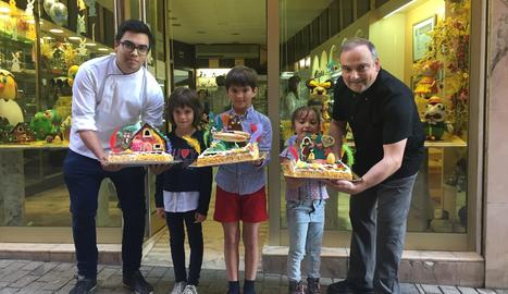 Pere Graells, juntament amb el seu fill Pere Graells Jr. va entregar les mones als guanyadors davant de la pastisseria.