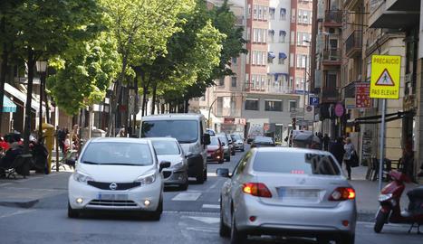 Vista del carrer Lluís Companys, en el punt on es va instal·lar recentment un pas elevat.