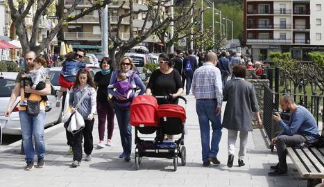 Els turistes omplen els carrers de les capitals de muntanya, com és el cas de Sort, a la foto.