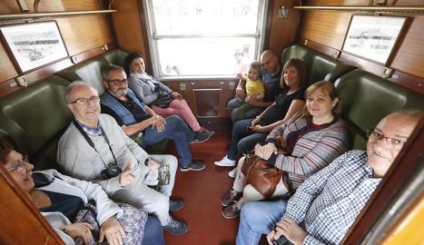 Alguns dels turistes que ahir van viatjar en el primer trajecte de la temporada del Tren dels Llacs.