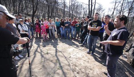 Unes 70 persones van assistir a la visita que va organitzar Vallbonatura a Rocallaura per explicar com actua el bosc després d'un foc.