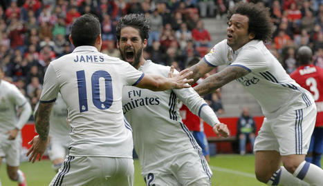 James i Marcelo feliciten un eufòric Isco, autor ahir de dos gols, el segon clau, al minut 90.