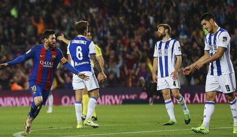 Leo Messi celebra un dels dos gols que ahir va marcar a la Reial Societat i que van donar tres importants punts.