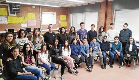 A la fila del darrere, alumnes de tercer de l'institut Torre Vicens que fan de tutors a altres de primer (els que estan asseguts).
